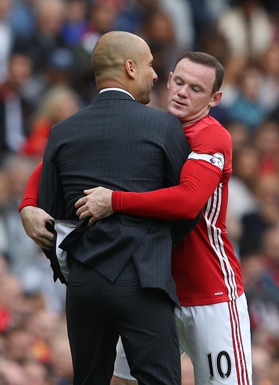 10.set.2016 - Josep Guardiola e Wayne Roone Rooney se estranham durante clássico entre Manchester United e Manchester City