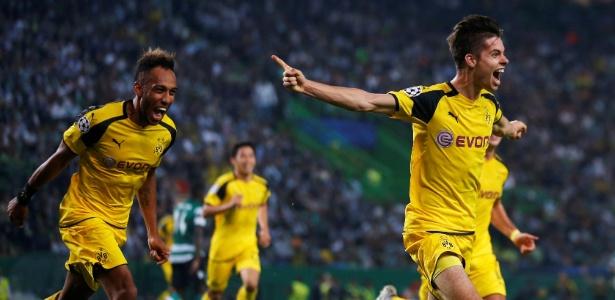 Weigl (à dir.) comemora com Aubameyang o gol do Borussia Dortmund