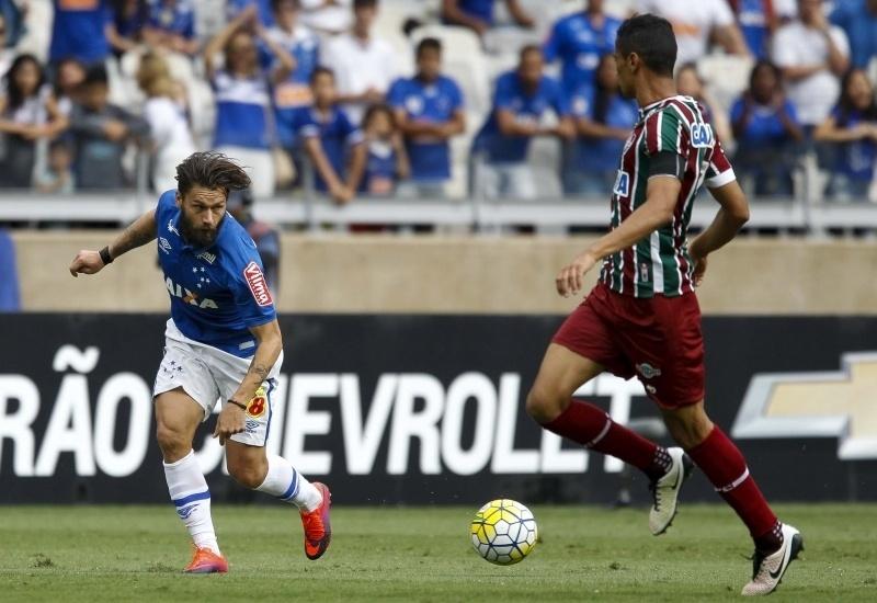 Rafael Sóbis encara a marcação na partida Fluminense x Cruzeiro