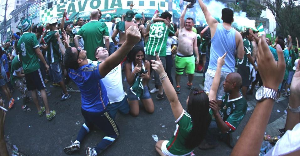 Torcedores comemoram o título palmeirense do lado de fora do Allianz Parque