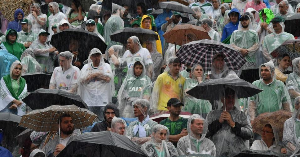 Torcedores lotam Arena Condá e acompanham velório debaixo de chuva