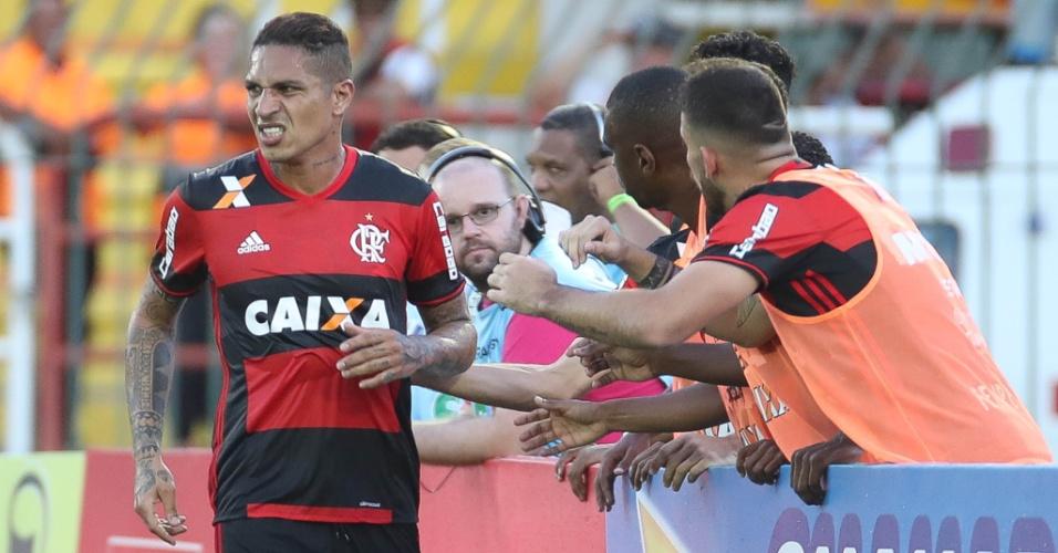 Paolo Guerrero comemora um dos gols nos 4 a 0 do Flamengo sobre o Madureira