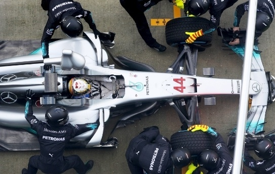 Lewis Hamilton testa o novo carro da Mercedes em Silverstone
