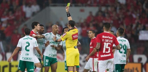 Felipe Melo, do Palmeiras, leva amarelo e reclama com o árbitro