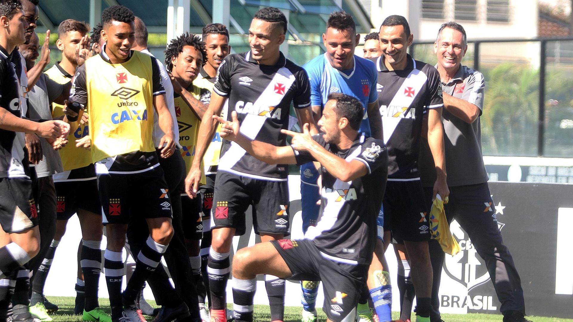 O atacante Nenê comemora gol para o Vasco