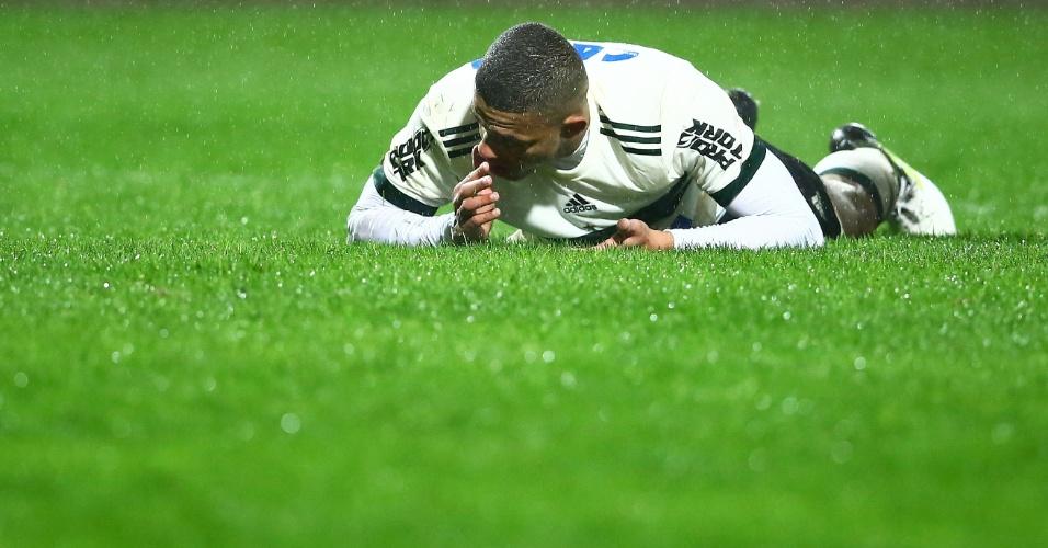 Walisson Maia, do Coritiba, vai ao chão durante partida contra o Santos