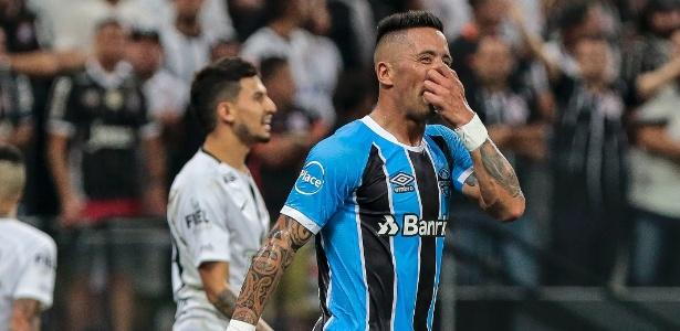 Lucas Barrios, do Grêmio, lamenta chance perdida contra o Corinthians