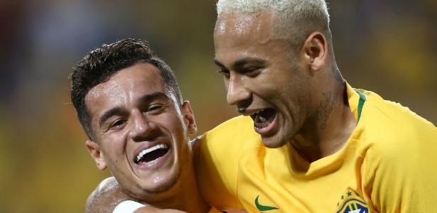 Philippe Coutinho e Neymar comemoram gol pela seleção brasileira