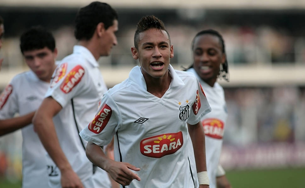 Neymar comemora gol no jogo entre Santos e Atlético-MG ocorrido em agosto de 2010