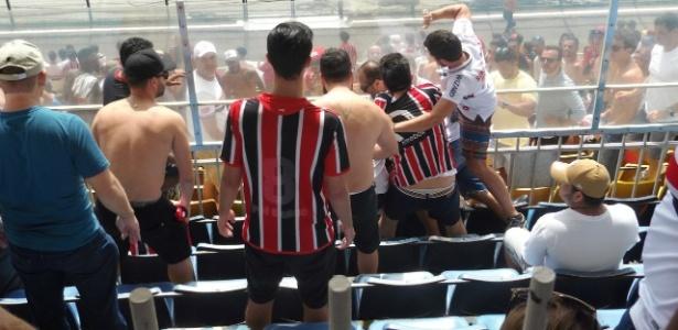 Briga entre torcedores ocorreu perto do fim do primeiro tempo no Pacaembu