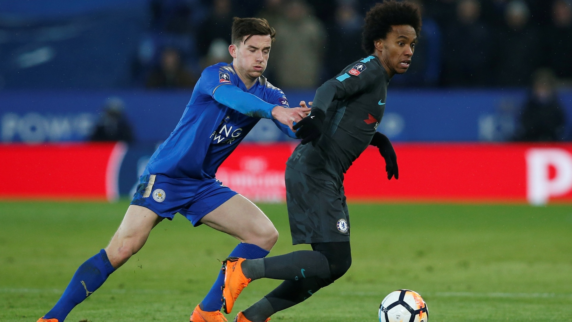 Willian, do Chelsea, tenta escapar da marcação de Chilwell, do Leicester