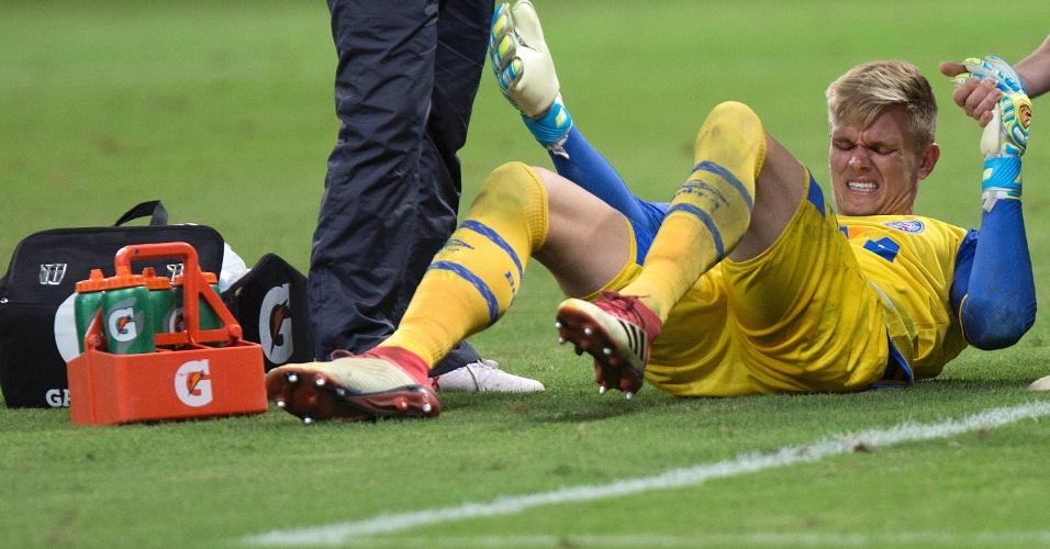 Douglas, do Bahia, se machuca contra o Palmeiras