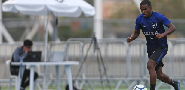 Ezequiel marcou o primeiro gol do Botafogo no jogo-treino contra Nova Iguaçu