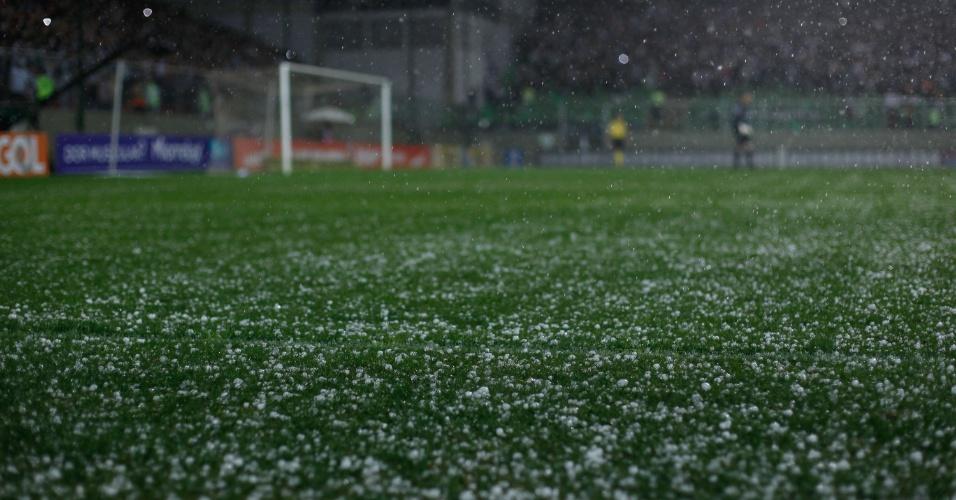 Gramado do estádio Independência fica coberto de granizo durante Atlético-MG x Internacional