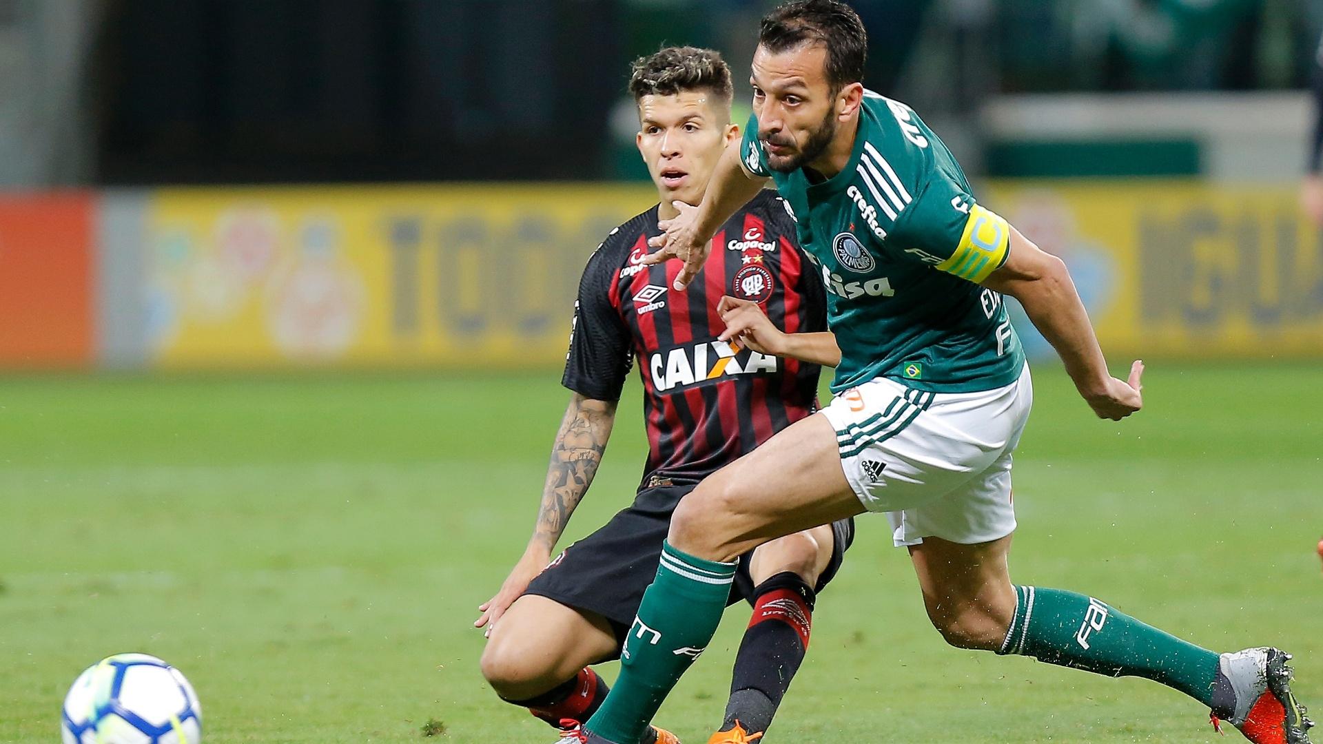 Edu Dracena e Bruno Nazario dividem bola durante Palmeiras x Atlético-PR