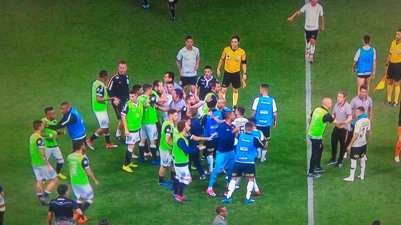 Confusão no fim de jogo entre Corinthians e Vasco