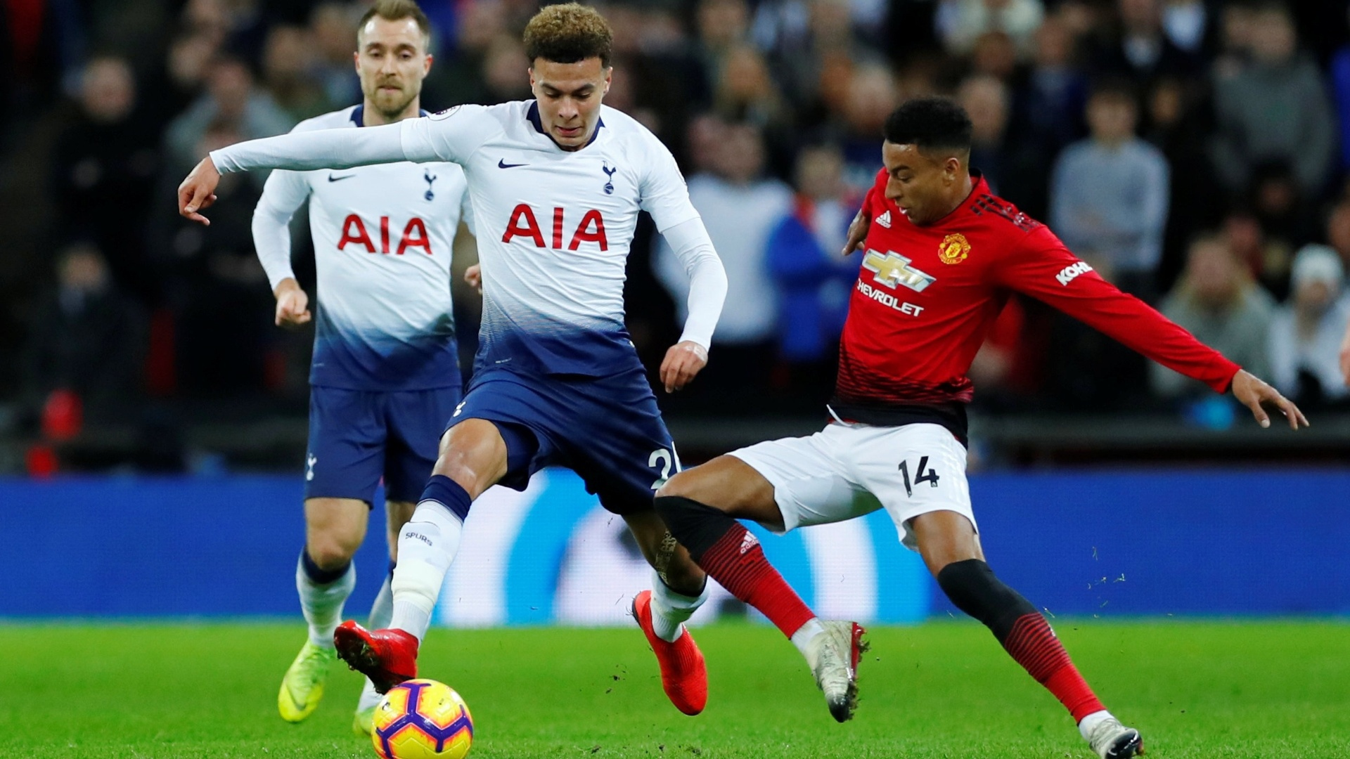 Dele Alli, do Tottenham, disputa bola com Jesse Lingard, do Manchester United