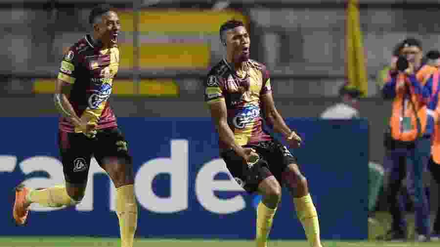 Danovis Banguero comemora gol do Tolima contra o Atlético-PR - RAUL ARBOLEDA / AFP