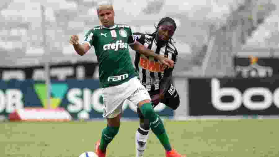 Chará e Deyverson disputam bola na partida Atlético-MG x Palmeiras válida pelo primeiro turno do Brasileiro - Marcelo Alvarenga/AGIF