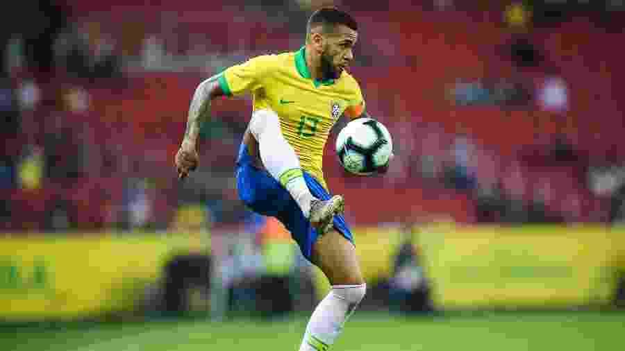 Daniel Alves em ação no amistoso contra Honduras, em Porto Alegre - Pedro H. Tesch/AGIF