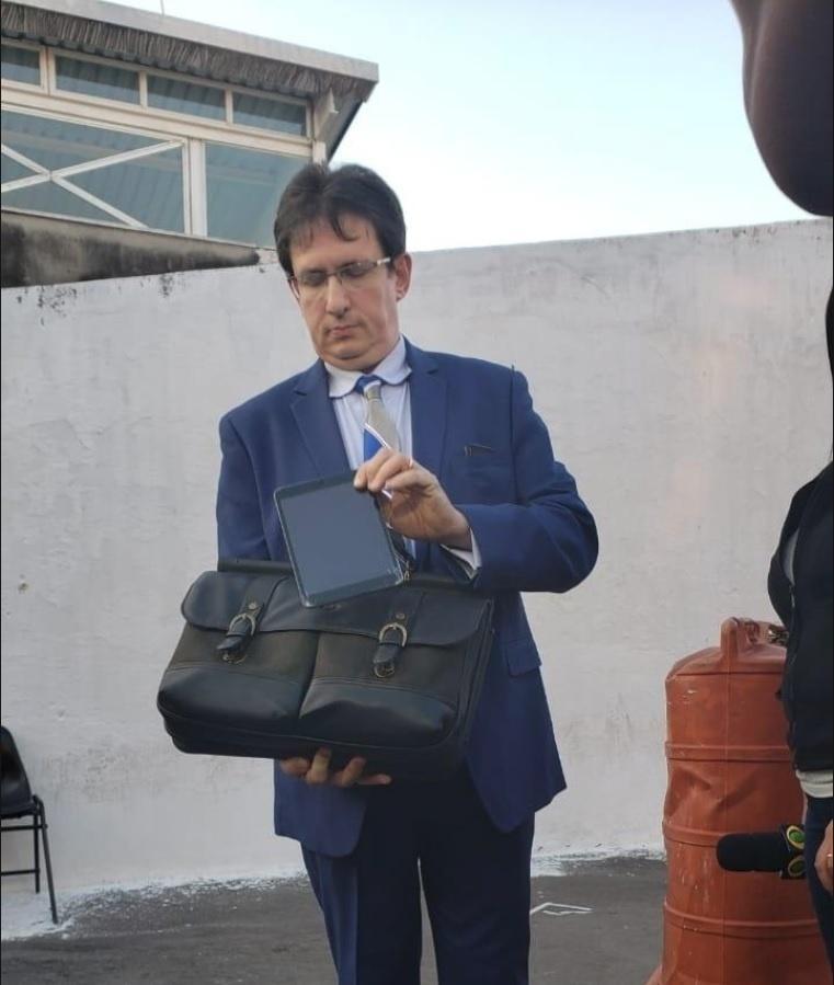 Advogado de ex-marido de Najila Trindade entrega tablet do filho do casal