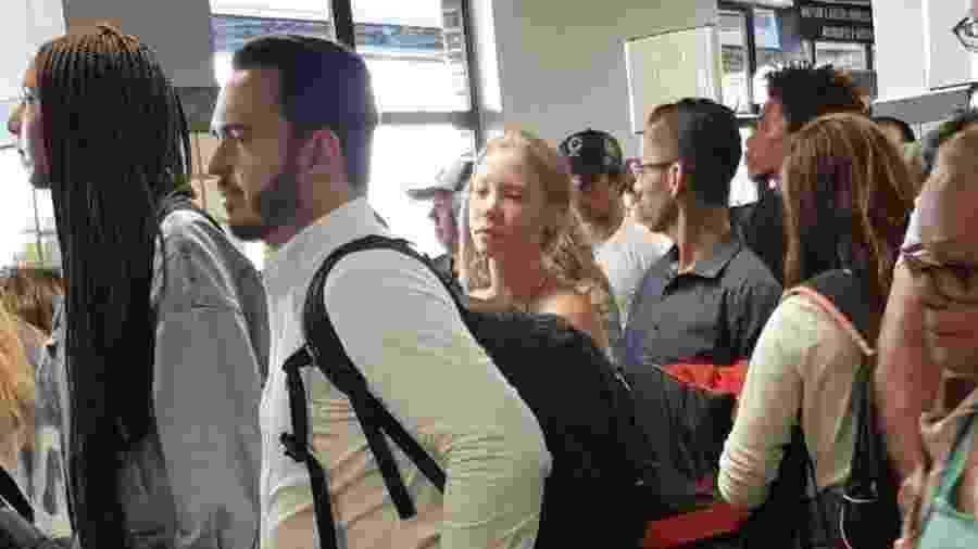 Najila em fila de embarque no aeroporto de Ilhéus (BA) - Reprodução Twitter
