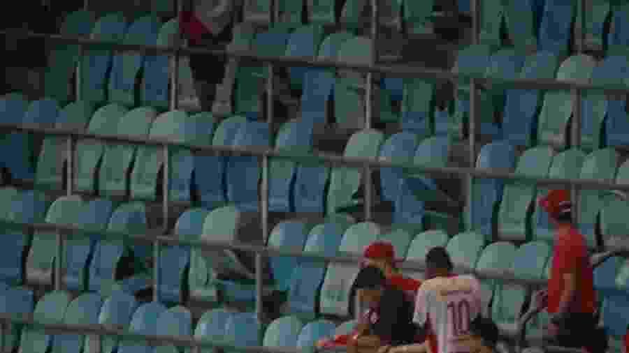 Cadeiras quebradas da Arena que foram arremessadas por torcedores do Inter - Marinho Saldanha/UOL
