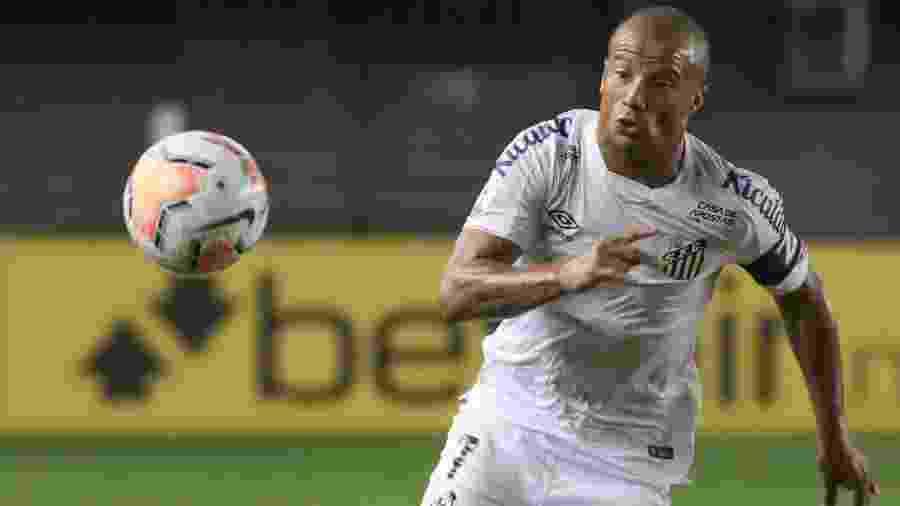 Carlos Sánchez foi o capitão do Santos no duelo contra o Delfín pela Libertadores - Marcello Zambrana/AGIF