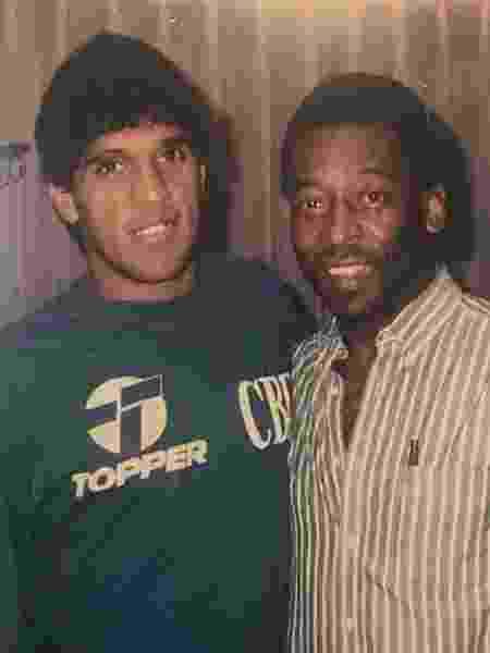 Silas, durante passagem pela seleção brasileira, e Pelé - Arquivo pessoal/Silas
