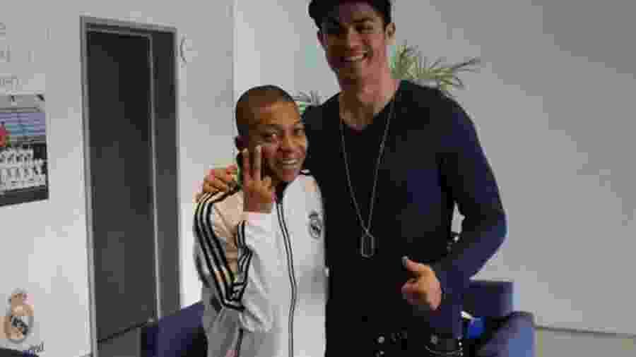 Mbappé, aos 13 anos, abraça Cristiano Ronaldo durante visita ao Real Madrid - Reprodução