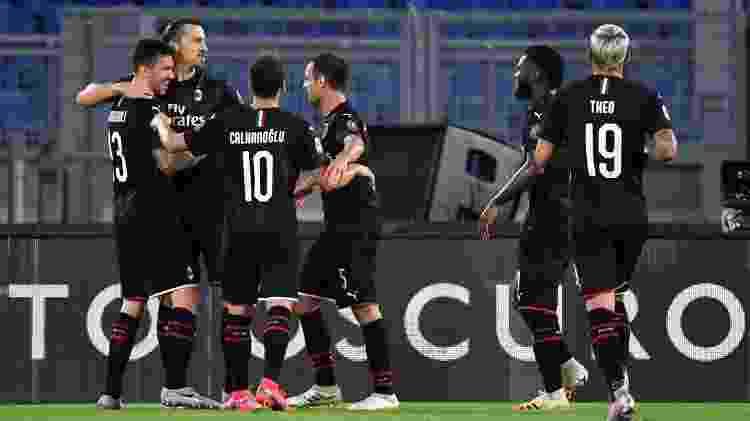 Ibrahimovic comemora gol do Milan com companheiros após marcar contra a Lazio - MB Media/Getty Images - MB Media/Getty Images