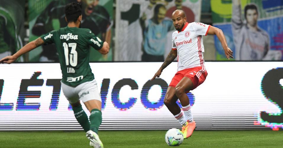 Luan e Patrick disputam bola na partida entre Palmeiras x Inter