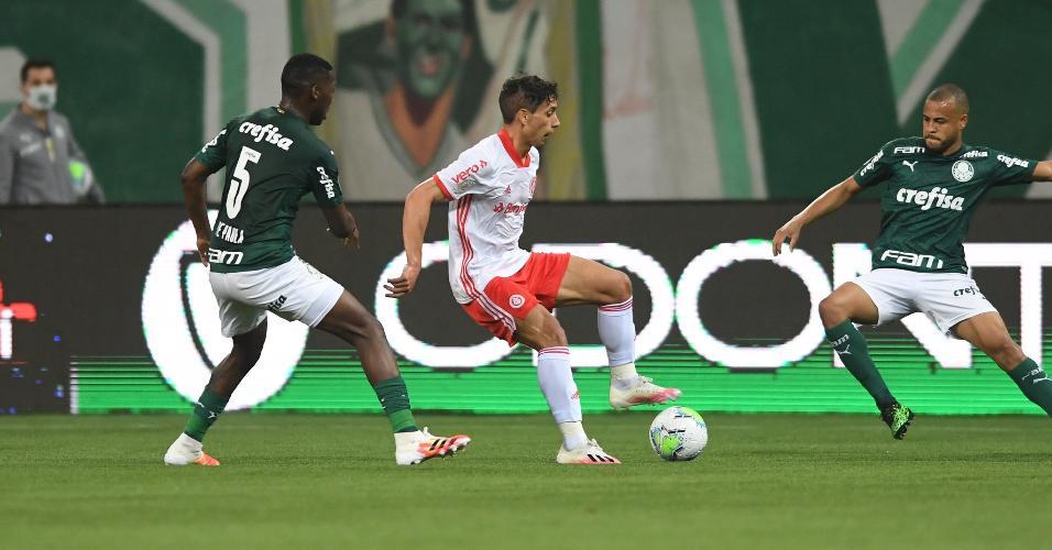 Mayke e Patrick de Paula cercam Sarrafiore na partida entre Palmeiras x Inter