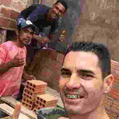 Ferreira (à frente) e Jackson (de preto) ajudaram o massagista Haroldo (de boné) - Reprodução/Instagram