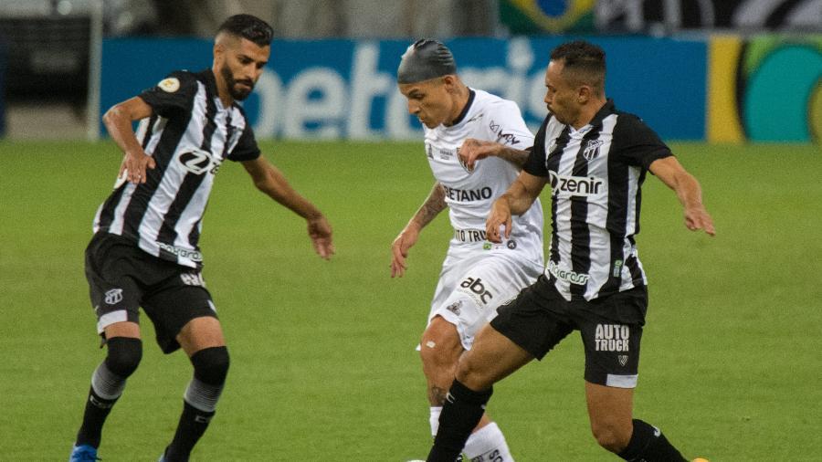 Guilherme Arana, de toca, cercado por jogadores do Ceará em jogo do Atlético-MG - Kely Pereira/AGIF