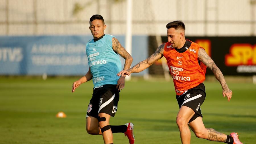 Adson e Gustavo Mosquito durante atividade no CT Joaquim Grava  - Rodrigo Coca/ Ag. Corinthians
