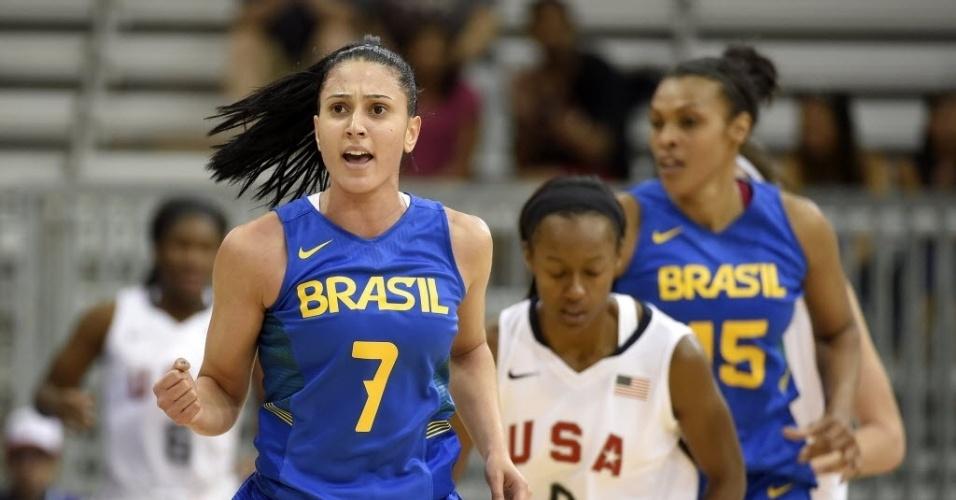 Jogadoras de Brasil e EUA em ação pelo basquete feminino no Pan de Toronto