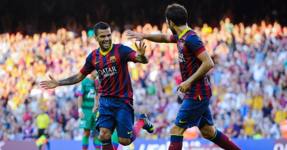 Daniel Alves comemora gol do Barcelona ao lado de Fabregas