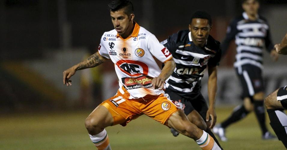 Elias faz marcação em Jonathan Benitez  no jogo do Corinthians contra o Cobresal, na Libertadores