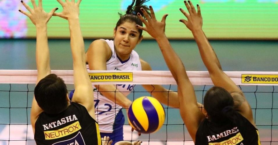 Natália, do Rexona, ataca durante a decisão da Superliga contra o Praia Clube
