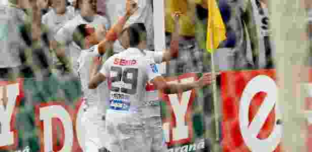 Ricardo Oliveira comandava as comemorações do Santos na Vila Belmiro - Ernesto Rodrigues/Folhapress