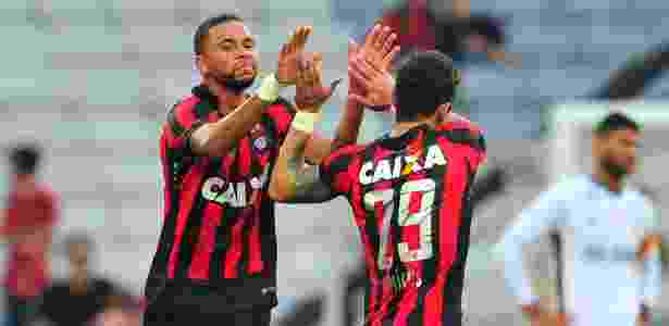 Atlético-PR comemora gol sobre Flu - Jason Silva/AGIF - Jason Silva/AGIF
