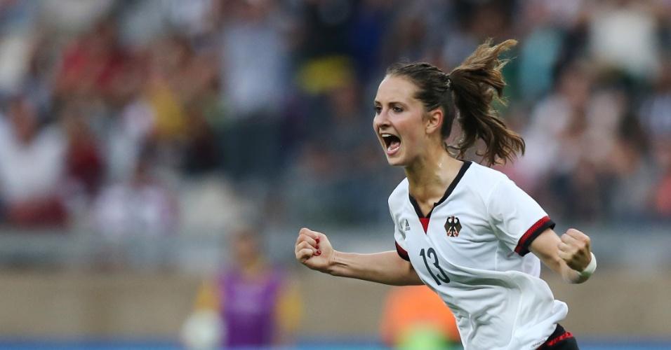 Sara Daebritz comemora o segundo gol da equipe alemã contra o Canadá