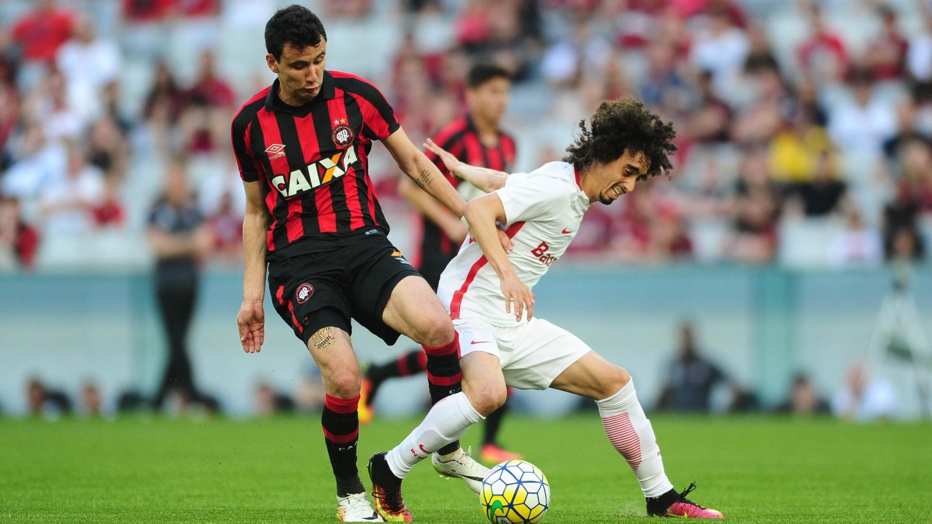 Valdivia disputa a bola com jogador do Atlético-PR no duelo entre Inter e Furacão pelo Brasileirão