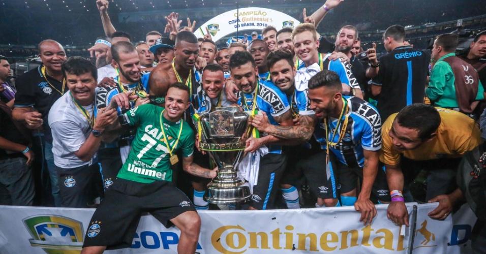 Luan (com a camisa da Chapecoense) e jogadores do Grêmio comemoram o título