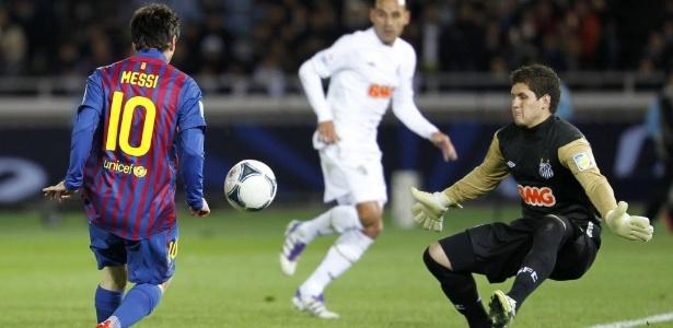 Messi encobre o goleiro Rafael na final de 2011 no Japão; argentino fez dois no Santos  - REUTERS/Kim Kyung-Hoon
