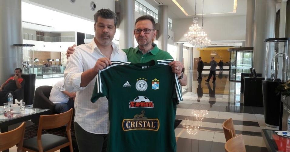 Novo presidente da Chapecoense, Maninho (dir.) recebe camisa do Sporting Cristal, do Peru