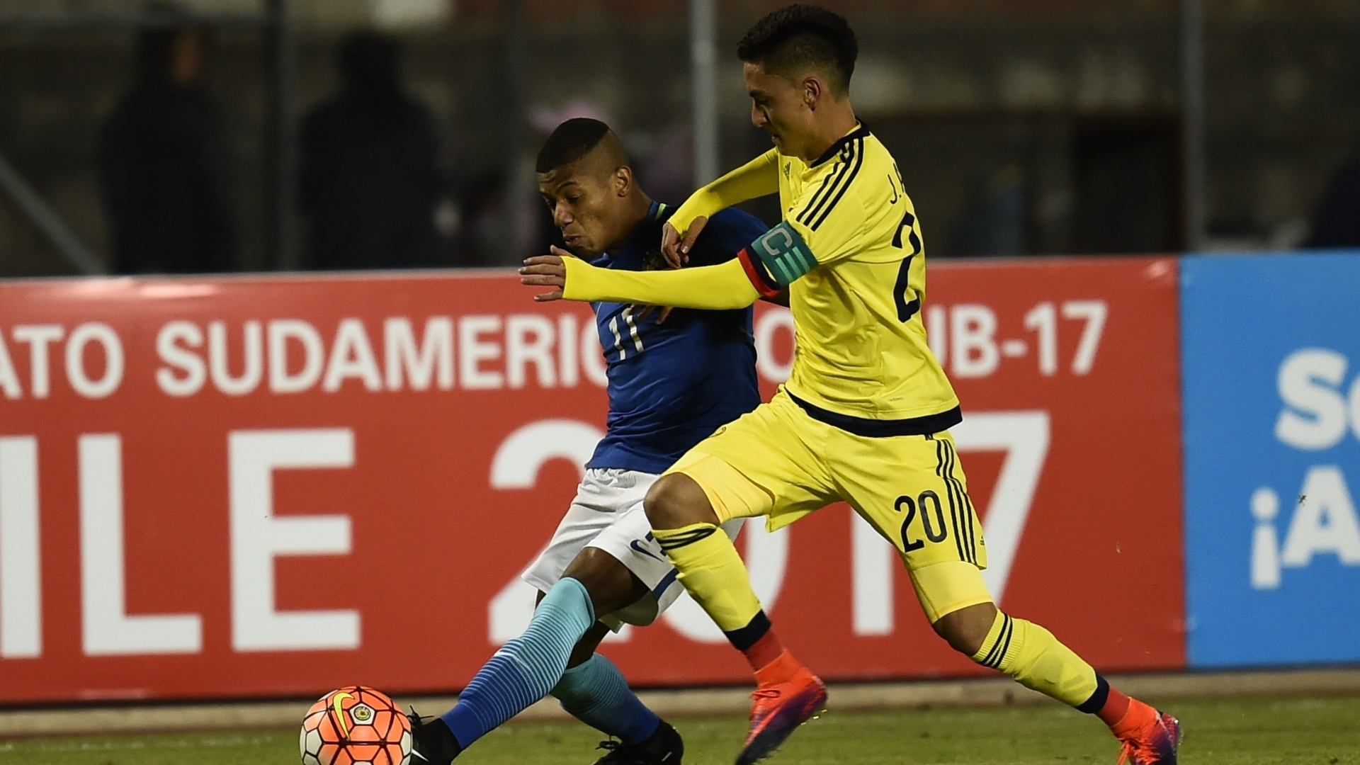 Eduard Atuesta, da Colômbia, disputa bola com David Neres, do Brasil