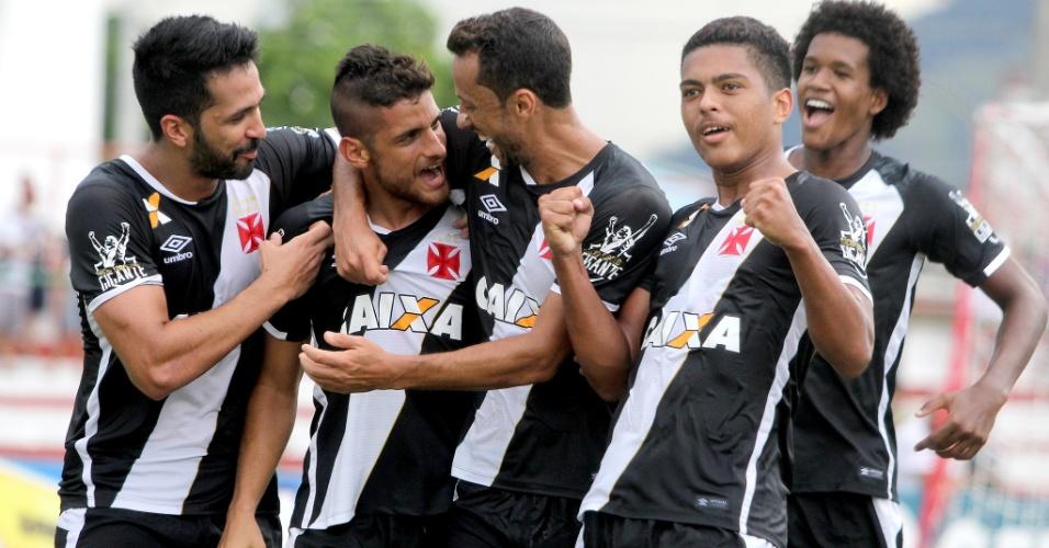 Jogadores do Vasco comemoram com Guilherme Costa (centro) gol contra o Bangu
