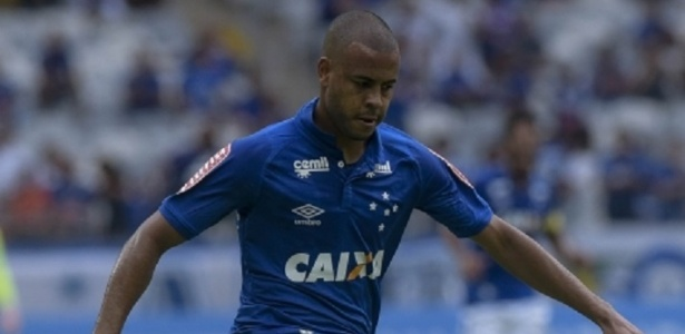 Mayke, lateral direito do Cruzeiro, sofre com as críticas da torcida